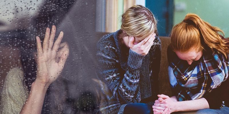 Personas llorando duelo